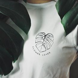 Flower lover 🖤 Vyber si svůj oblíbený kousek a na něj zvol ten správný potisk ✨ iamhank.cz