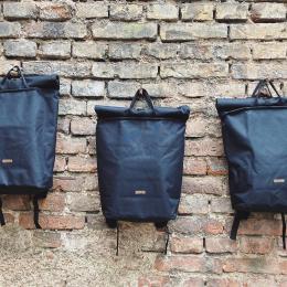 Říkáme, že naše věci jsou do města i do lesa. Tak tyhle batůžky jsou hlavně do města, jsou tak akorát velký, celkem elegantní a co hlavně, ušitý u nás 🖤  Na @dyzajnmarket budeme mít pár kusů, zbytek koncem května na e-shopu ☺️